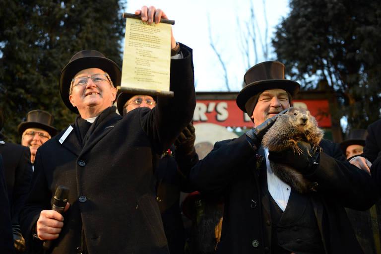 Membros do clube Inner Circle anunciam a previsão da marmota Phil para o inverno deste ano em Punxsutawney, Pensilvânia, nos EUA