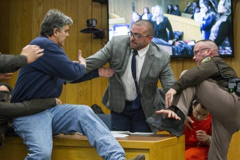 Randall Margraves, pai de três meninas abusadas pelo médico Larry Nassar, tenta agredi-lo durante uma audiência em um tribunal de Michigan, nos EUA
