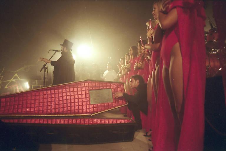 zé do caixão com mulheres de vermelho