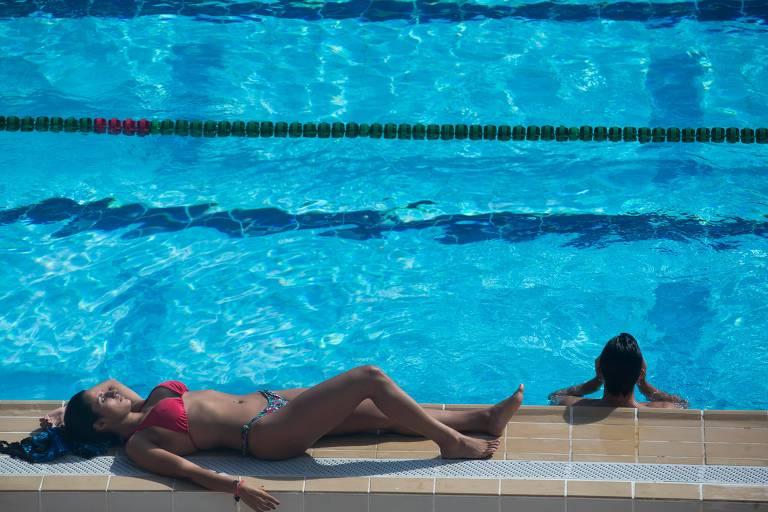 Paulistanos aproveitam mais um dia de calor na piscina do estádio Pacaembu
