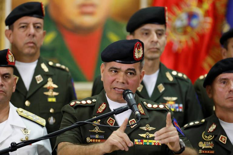 Ao lado de oficiais do Exército e da Marinha, o ministro da Defesa da Venezuela, Vladimir Padrino López, fala em entrevista coletiva em Caracas nesta sexta (2)
