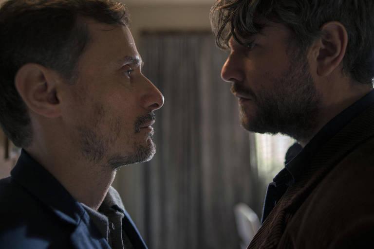 Enrique Diaz e Selton Mello em cena da série 'O Mecanismo'