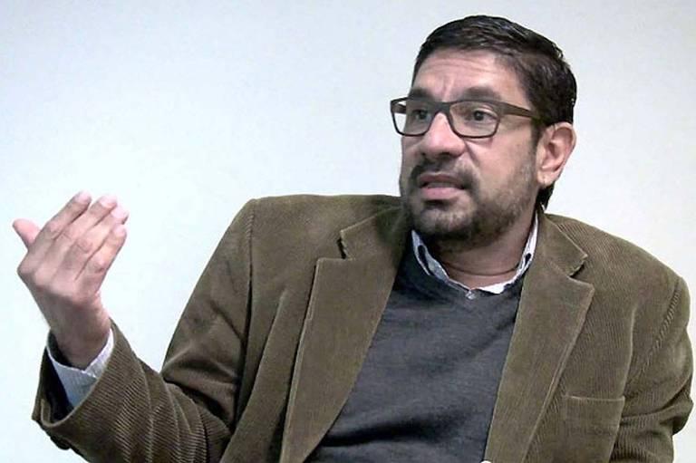 Raul Schmidt, operador condenado na Operação Lava Jat, de paletó marrom, malha cinza e óculos
