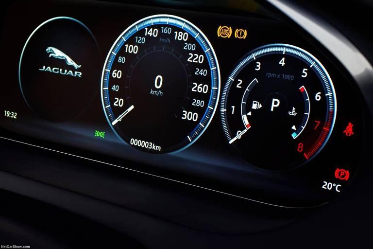 Quadro digital de instrumentos do Jaguar E-Pace;  montadora britânica promoveu teste do automóvel na ilha da Córsega, na França; modelo deve chegar ao brasil em abri, com preço a partir de R$ 222,3 mil