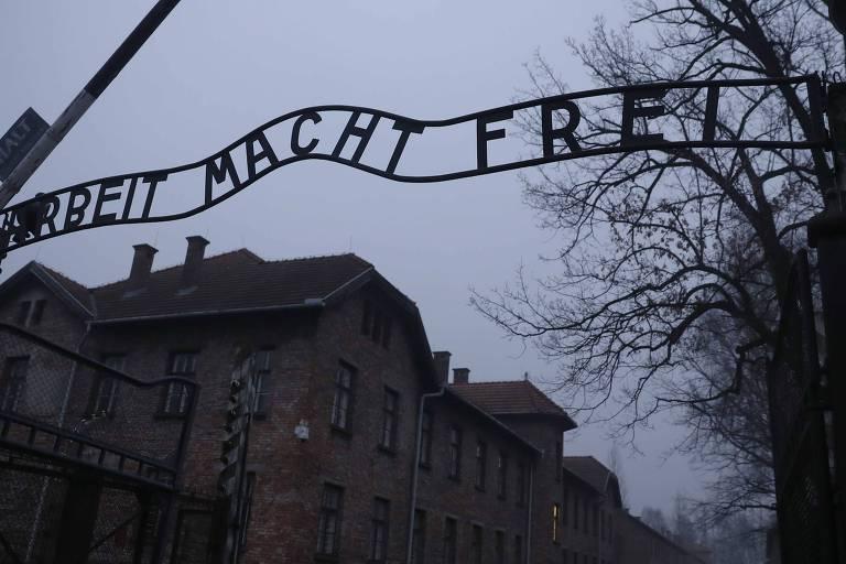Letreiro de ferro em portão de campo de concentração nazista