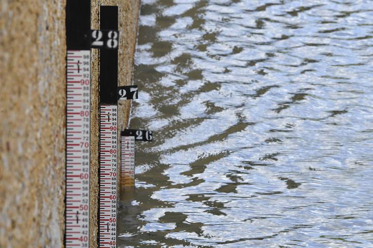 Régua de medição do nível da água em reservatório do DF