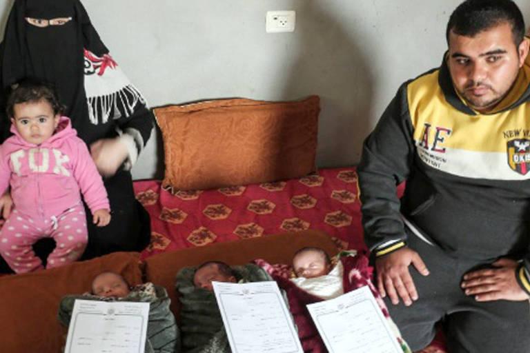 Os pais Islam (à esq.) e Nidal al-Saiqli (à dir.) posam com a filha Dalal e os recém-nascidos Palestina, Jerusalém e Capital