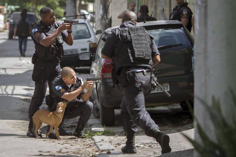 Policiais em operação na Cidade de Deus, no Rio de Janeiro
