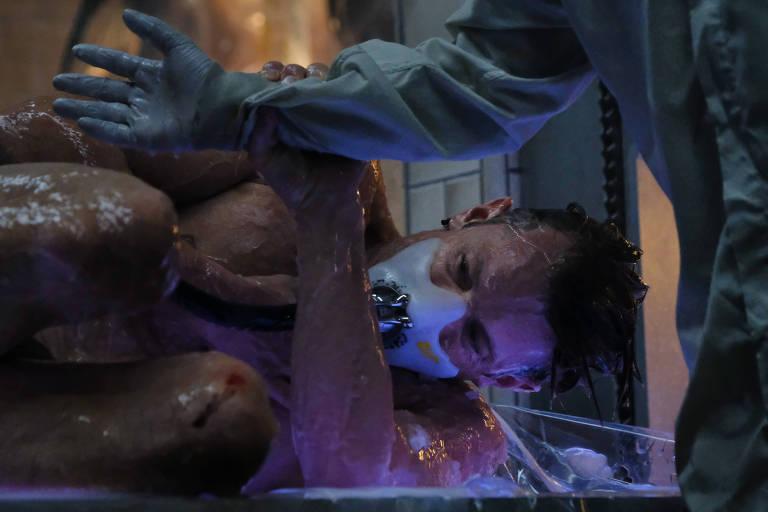 "Joel Kinnaman em cena de ""Altered Carbon"", da Netflix"