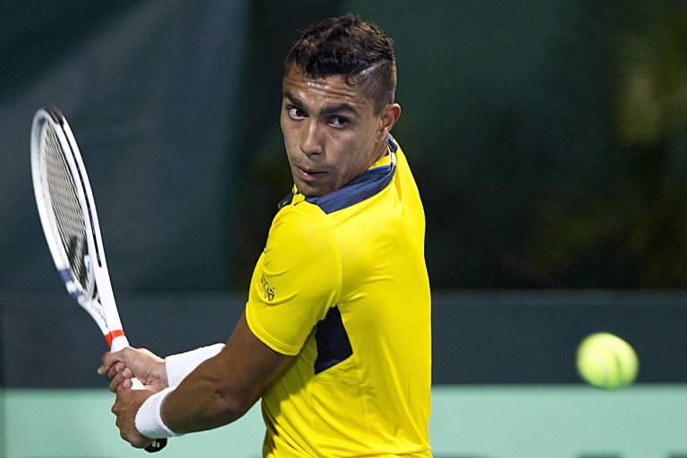 O tenista Thiago Monteiro rebate uma bola durante partida disputada contra o dominicano Roberto Cid