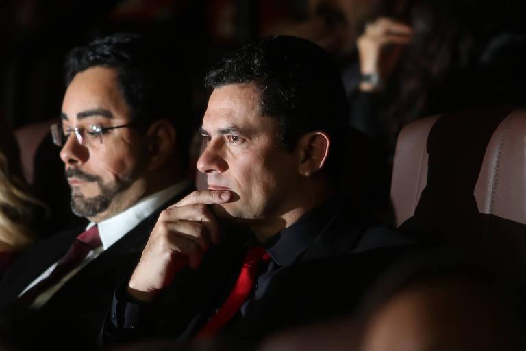 """Marcelo Bretas e Sergio Moro acompanham sessão do filme """"Polícia Federal - A Lei é para Todos"""", em Curitiba"""