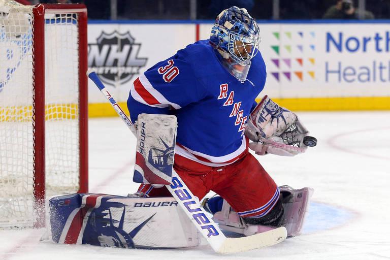O  goleiro Henrik Lundqvist, do  New York Rangers, faz defesa em jogo contra o  Buffalo Sabres