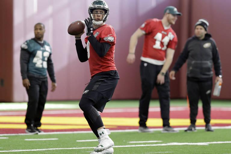 O quarterback Nick Foles, do  Philadelphia Eagles, lança bola durante treino para o  Super Bowl