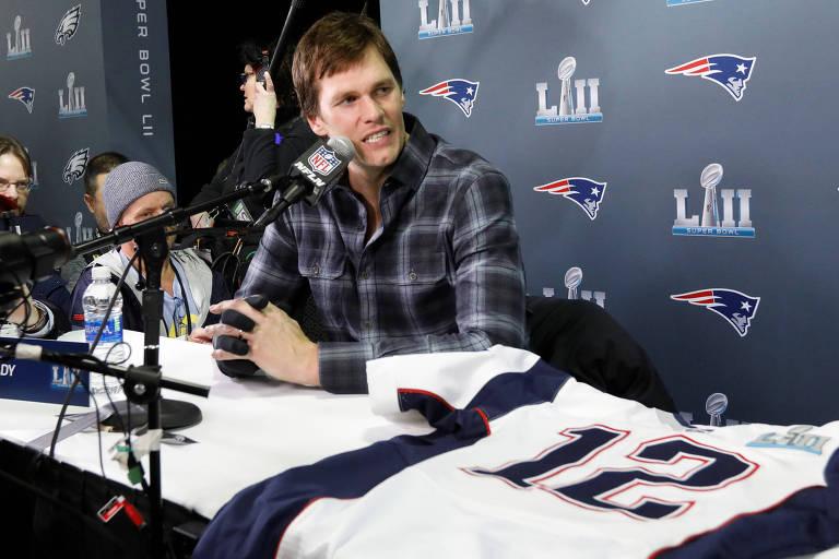O quarterback Tom Brady, do New England Patriots, fala durante entrevista