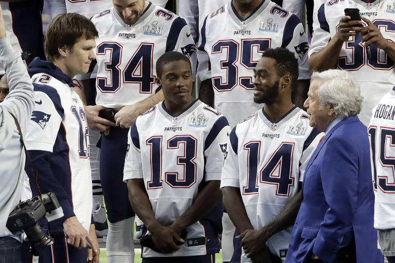 Tom Brady (12) conversa com os companheiros dos Patriots Phillip Dorsett (13) e Brandin Cooks na véspera da final do Super Bowl
