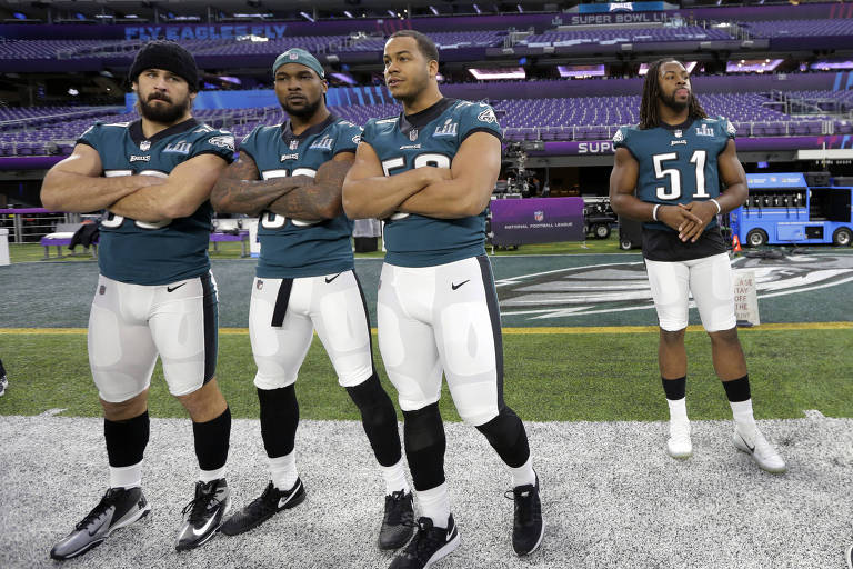 Jogadores do Philadelphia Eagles se preparam para caminhada no US Stadium, em Minneapolis, onde acontecerá o 52º Super Bowl