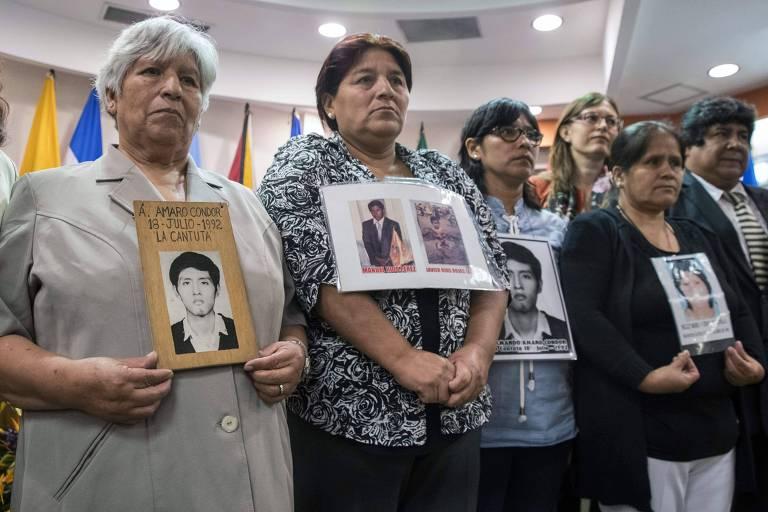 Parentes das vítimas dos massacres de Barrios Altos e La Cantuta protestam em sessão da Comissão Interamericana de Direitos Humanos