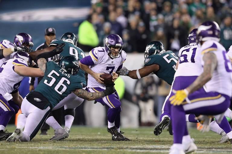 Case Keenum, do Minnesota Vikings, segura a bola em partida que teve vitória do Philadelphia Eagles, no dia 21 de janeiro
