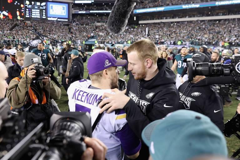 Carson Wentz, do Philadelphia Eagles, cumprimenta Case Keenum, do Minnesota Vikings, após vitória que levou os Eagles ao Super Bowl