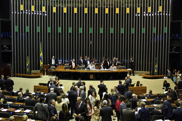 Sessão no plenário da Câmara dos Deputados; partidos articulam oposição ao governo Bolsonaro sem o PT