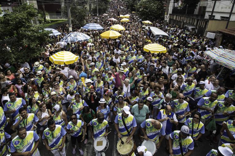 Ensaio do bloco Bando 7 da Vila Madalena (SP), na esquina das ruas Girassol e Purpurina, na tarde do sábado (27)