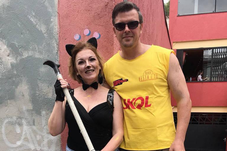 Ivone Watzel, 49 com o irmão Sérgio Watzel, 42, no pré-Carnaval da Vila Madalena