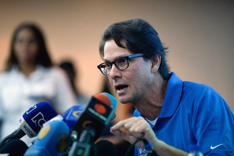 De camisa azul, o empresário venezuelano Lorenzo Mendoza fala durante entrevista coletiva diante dos microfones de TVs e rádios venezuelanas