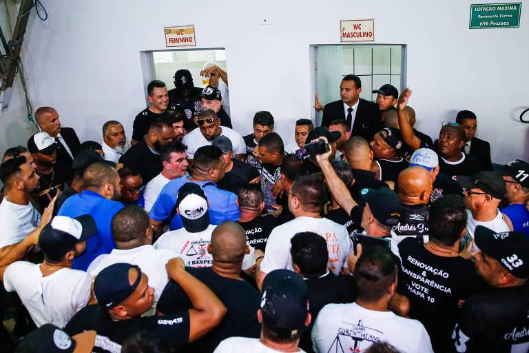 Torcedores protestam contra eleição de Andrés Sanchez, que é protegido por seguranças no banheiro