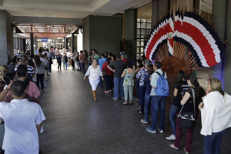 Eleitores fazem fila na sede do Tribunal Supremo Eleitoral, em San José, para receber o título de eleitor na véspera da votação presidencial na Costa Rica