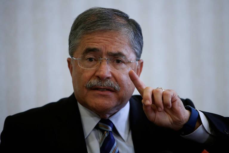 O candidato direitista Juan Diego Castro conversa com observadores internacionais da eleição em San José