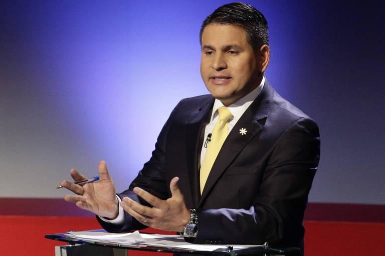 O candidato evangélico Fabricio Alvarado fala durante debate eleitoral na Costa Rica