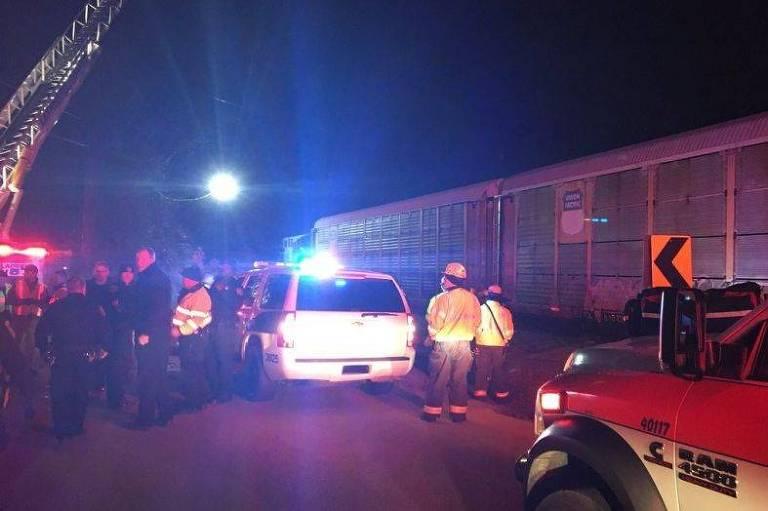 Movimentação durante o resgate de vítimas de colisão de trem na Carolina do Sul, EUA, no domingo (4)