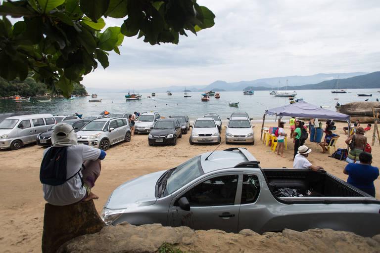 Carros estacionados na areia em Picinguaba, Ubatuba, litoral norte de SP