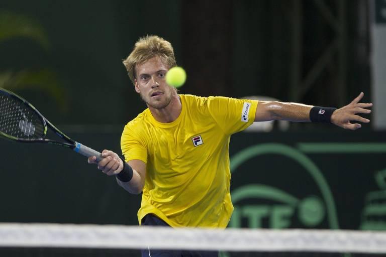 Tenista brasileiro João Sorgi devolve bola para o dominicano Roberto Cid durante partida da Copa Davis em Santo Domingo, na República Dominica