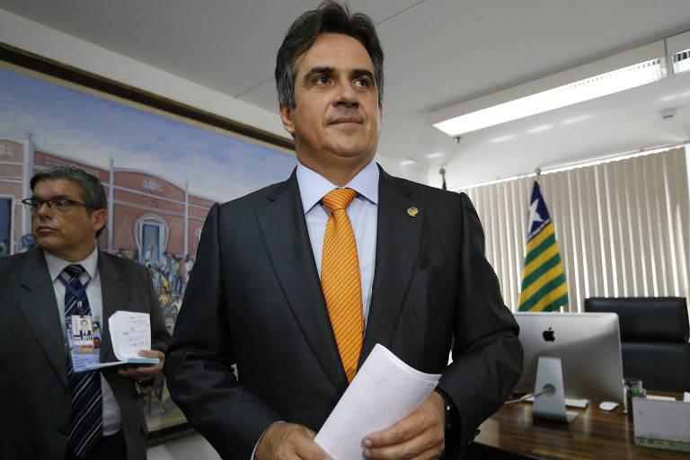 O senador Ciro Nogueira em seu gabinete