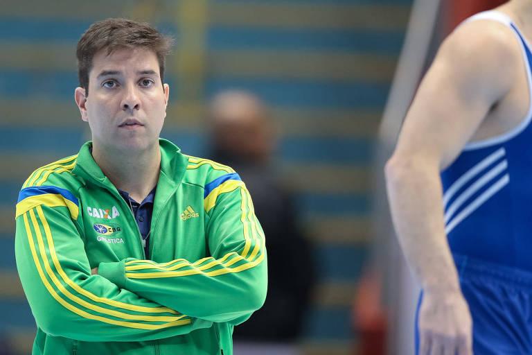 Técnico Fernando de Carvalho Lopes cruza os braços durante etapa de São Paulo da Copa do Mundo de ginástica