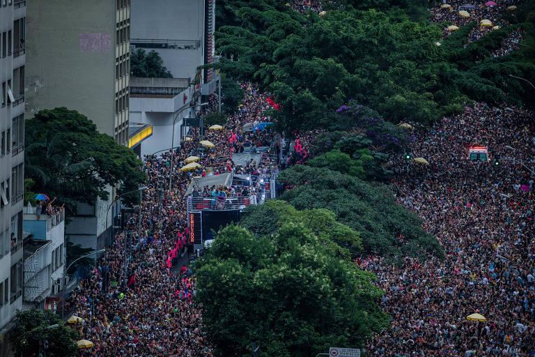 Blocos agitam 2º dia do pré-carnaval em SP