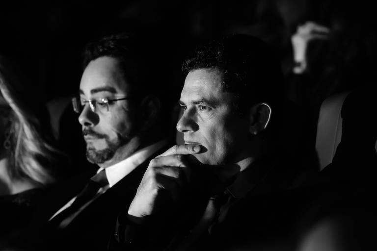 """Marcelo Bretas (à esq.) e Sergio Moro (à dir.) durante sessão do filme """"Polícia Federal - A Lei é para Todos"""""""