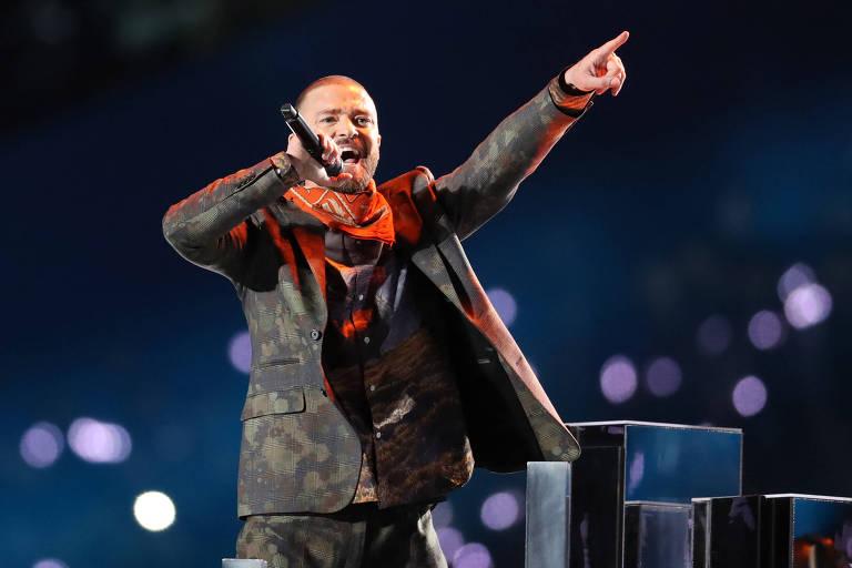 Justin Timberlake canta durante sua apresentação no intervalo do Super Bowl