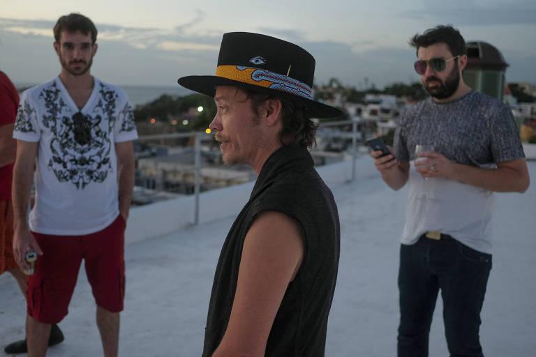 Brock Pierce (centro), Josh Boles (à esq.) e Matt Clemenson no terraço do hotel em San Juan que é a base dos criadores da 'Puertopia'