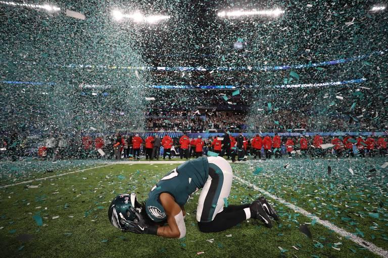 Patrick Robinson se emociona durante comemoração da vitória no Super Bowl