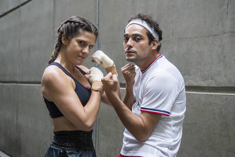 """Em """"Tá no Ar: a TV na TV"""",  Eduardo Sterblitch e Georgiana Góes em cena de quadro sobre """"marombeiros"""""""