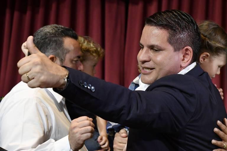 O candidato conservador Fabricio Alvarado comemora após o resultado da eleição
