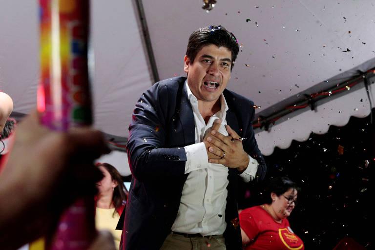 O candidato governista Carlos Alvarado durante discurso em San José, capital da Costa Rica
