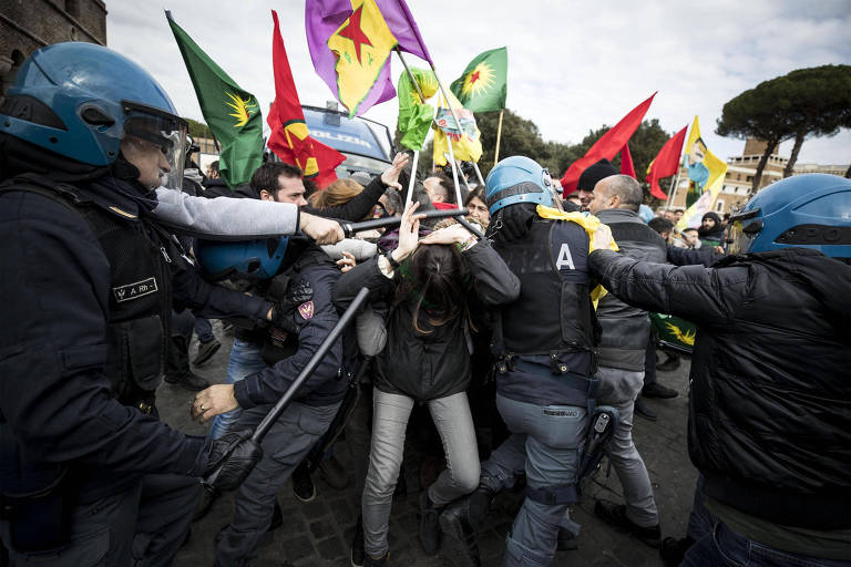 Manifestantes entram em confronto com a polícia durante protesto em Roma, próximo ao Vaticano
