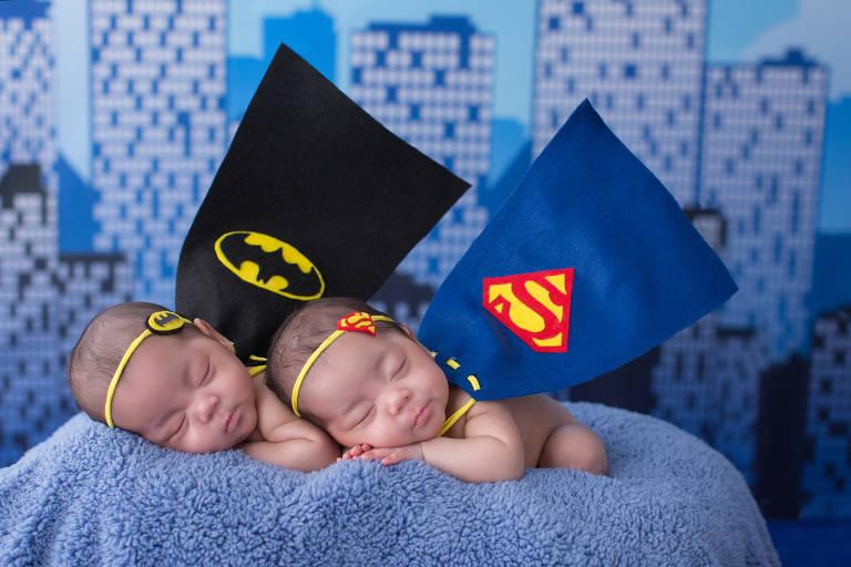 As gêmeas Maria Clara e Victoria foram clicadas com o tema de super-heróis
