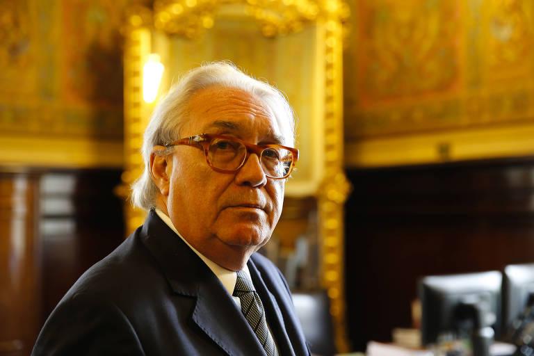 O desembargador Manoel de Queiroz Pereira Calças, novo presidente do TJ posa em seu gabinete; grisalho, ele usa terno, gravata e óculos