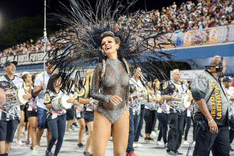 Mulher desfila no sambódromo