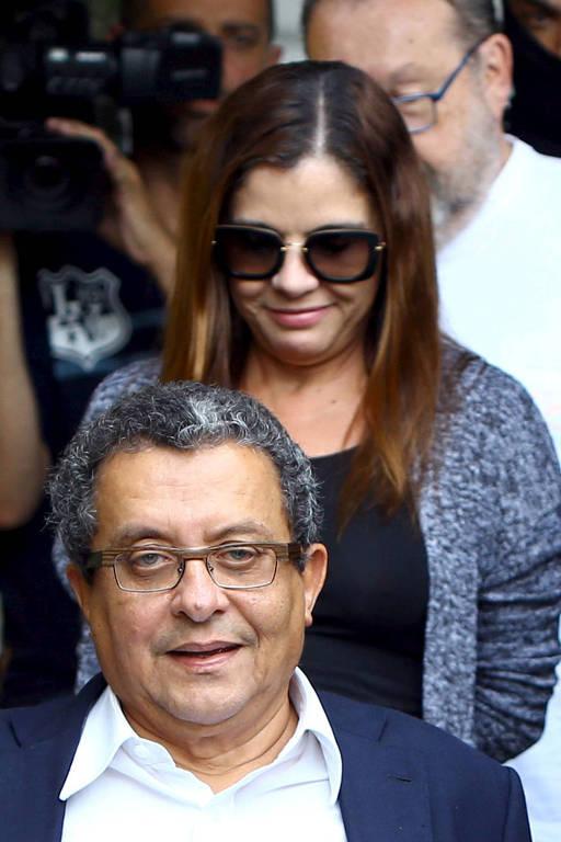 Publicitário João Santana e sua mulher, Mônica Moura, escoltados pela PF em Curitiba