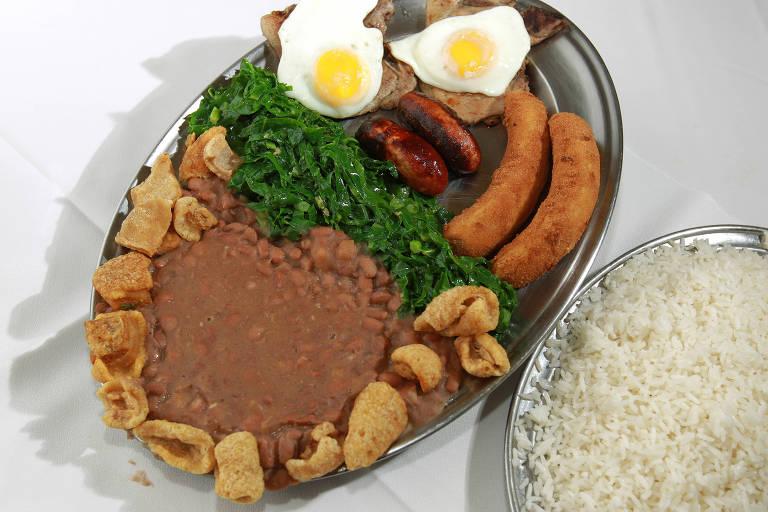 O virado à paulista leva feijão, ovo, couve e linguiça